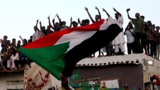 متظاهرون يحتفلون بالتوصل لاتفاق بين المجلس العسكري وممثلي المعارضة