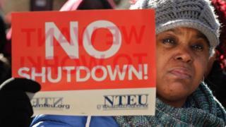 數百名受影響的政府員工10日在白宮前遊行示威
