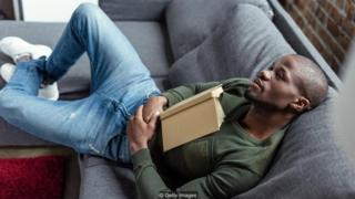 Homem negro no sofá