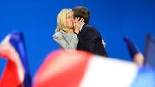 马克龙夫妇在巴黎一场竞选集会上拥吻(23/4/2017)