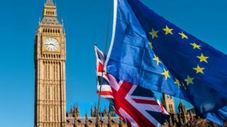 Bandeiras da União Europeia e do Reino Unido com o Big Ben ao fundo