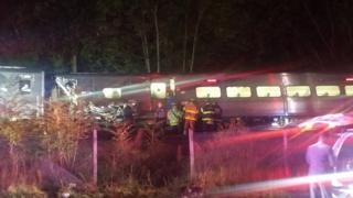 Спасатели на месте железнодорожной аварии вблизи станции Нью-Гайд-парк, штат Нью-Йорк. 8 октября 2016 г.
