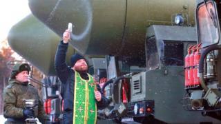 """Священнослужитель во время освящения подвижных грунтовых ракетных комплексов """"Ярс"""", 2015 год"""