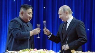 Kim Jong-un ve Vladimir Putin