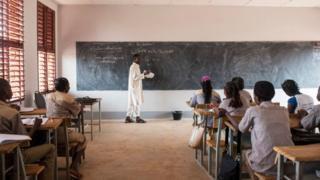 Un enseignant en classe dans une école de formation au Burkina Faso (illustration).