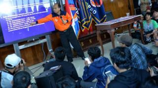 Kepala Pusat Data Informasi dan Humas BNPB Sutopo Purwo Nugroho (tengah) memberikan pemaparan mengenai dampak gempa bumi dan tsunami di kota Donggala dan Palu, Sulawesi Tengah saat konferensi pers di Graha Badan Nasional Penanggulangan Bencana (BNPB), Jakarta, Sabtu (29/09).