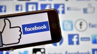 Móvil con el logo de Facebook