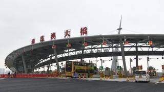 港珠澳大桥开通至今,车流量远不及预期,经过大桥入境香港的游客却被指严重影响大桥香港口岸附近居民的生活。
