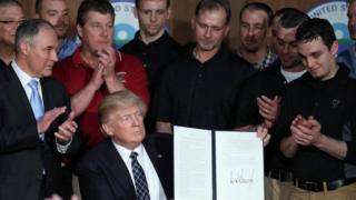 Trump kararnameyi imzalarken.