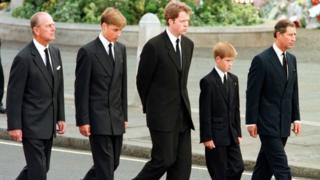 Граф Спенсер (в центре) и принцы Филипп, Уильям, Гарри и Чарльз