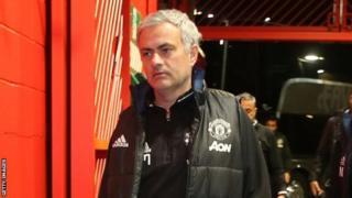 Jose Mourinho wuxuu awooday in uu ciyaarta garoonka ku dhexdaawado, ciyaaryahannadiisana la taliyo inta aysan bilaabanin ciyaartu iyo marka la gaaro wakhtiga nasashada
