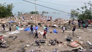 Люди и тела на береговой линии