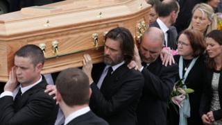 元恋人の棺を抱えるキャリーさん(中央、2015年10月、アイルランドで)