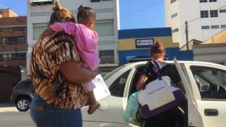 Mulher detida em Pinheiros entra em carro
