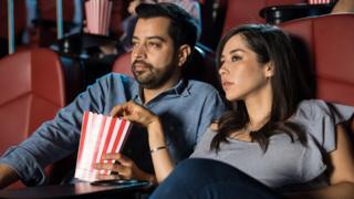 Una pareja en una sala de cine