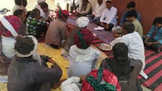 गंगाराम के गांव में शोक प्रकट करते लोग