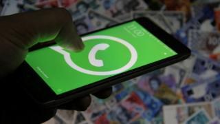 Logo de WhatsApp en un celular.