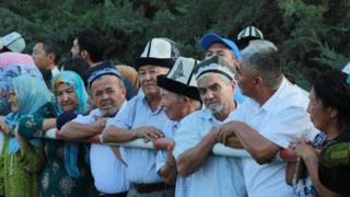 """Кыргызстан менен Өзбекстандын ортосундагы чек арадагы """"Достук"""" өткөрмө бекетиндеги бир тараптуу киргизилген чектөөлөр алынды."""