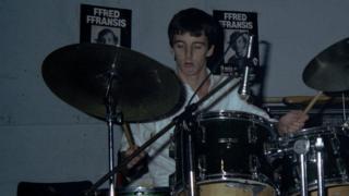 Richard Wyn Jones yn drymio i'r band Siencyn Trempyn