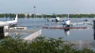 Mưa lớn khi thủy triều dâng cao làm ngập sân bay Don Mueang ở Bangkok năm 2011