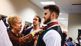 Staff ysgol Gyfun Gwyr paratoi at rhagbrwaf parti dawns agored