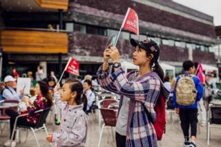 Ymwelwyr o China, Li Dan Fu a Yu Jie Fu, yn mwynhau eu Eisteddfod cyntaf