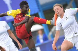 Ghana's forward Ruth Anima and New Zealand's defender Elizabeth Anton, 12 August 2018 in Concarneau, western France.