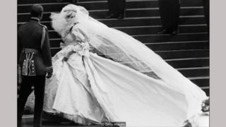 Gaun pengantin mewah buatan Emanuel yang dikenakan oleh Putri Diana adalah tumpukan dari berbagai kain dan rimpel — dan mendapat banyak sorotan di seluruh dunia.