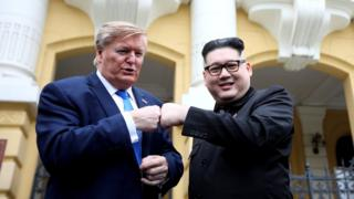 金正恩和特朗普的模仿者拳頭相碰