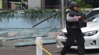スターバックス店舗の前で警戒する武装警官(14日、ジャカルタ)