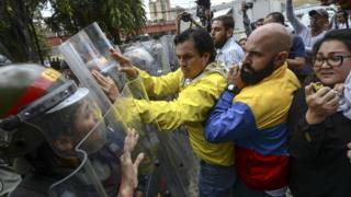 Embate entre forças de segurança e manifestantes na Venezuela