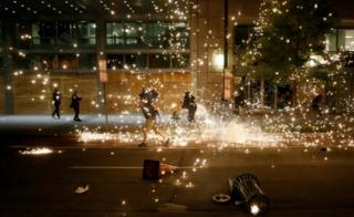 People run as police disperse demonstrators in Washington DC. Photo: 31 May 2020