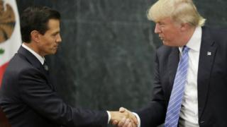 Rais Enrique Pena Nieto wa Mexico kushoto na mwenzake wa Marekani Donald Trump kulia