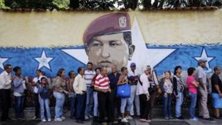 Hugo Chavez önünde kuyruk