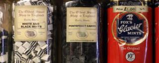 Toples berisi Pontefract Cakes