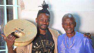 Pape Moussa Sonko a eu une enfance bercée par les rythmes du Mbalakh, danse populaire sénégalaise. Ici, avec son père.