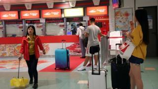 香港港澳碼頭旅客在已關閉的售票處前等候消息(中新社圖片27/8/2017)