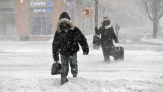 雪の中を歩く人々