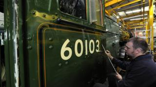 Signwriter Michael O'Connor painting Flying Scotsman