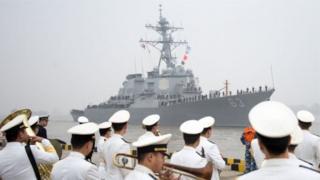 السفينة الحربية يو إس أس ستيتام لدى وصولها إلى شنغهاي عام 2015