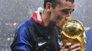 Antoine Griezmann besando el trofeo