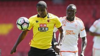 Odion Ighalo (à gauche) en action contre Lorient dans un match amical