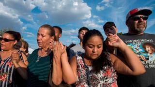 Gente reza en recuerdo de las víctimas de El Paso.