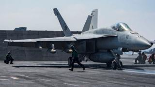 Indege F/A-18E Super Hornet (isa niyi iri kw'ifoto) niyo yakoroye indege y'igisirikare ca Syria