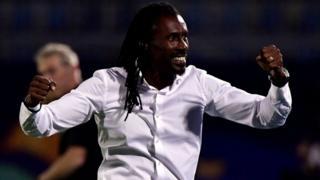 Le sélectionneur sénégalais Aliou Cissé fête la victoire de son équipe face au Bénin en Coupe d'Afrique des Nations 2019 (CAN).