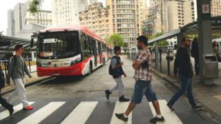 Passageiros em área de embarque de terminal de ônibus no centro de São Paulo