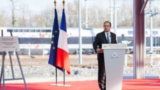 Президент Олланд виступає на заході Франції, коли снайпер поліції випадково відкрив вогонь