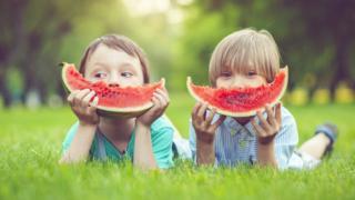 Дети с арбузом