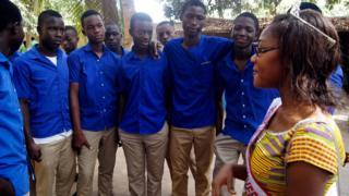 Des élèves écoutant Zita Totu, miss des universités du Togo en 2014 (illustration).