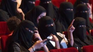 Сауд Арабияда киийнки жылдан тарта аялдарга унаа айдаганга жана спорттук иш-чараларга барганга уруксат берилет